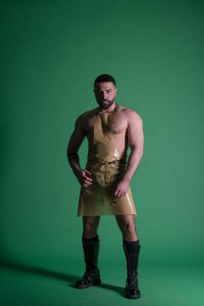 Latex Schürze von Sven Appelt Rubber aus Berlin. Outfits können auch als Latex Maßanfertigung bestellt werden. Du kannst uns auch in unserem Latex Fetischstore in Berlin besuchen.
