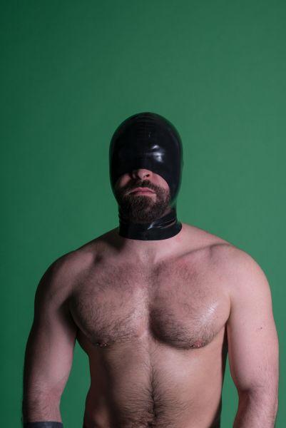 """Die Latex Maske von Sven Appelt Rubber aus Berlin. Die Maske hat einen sexy Schnitt und ist für alle Arbeiten m it dem Mund, ein absolutes """"Must-Have"""". Du kannst uns auch in unserem Latex Fetischstore in Berlin besuchen."""